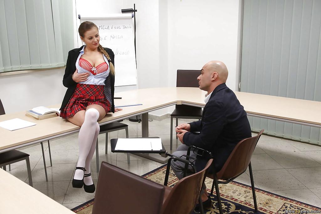Студентка в юбке раскрутила лысого преподавателя на секс в классе