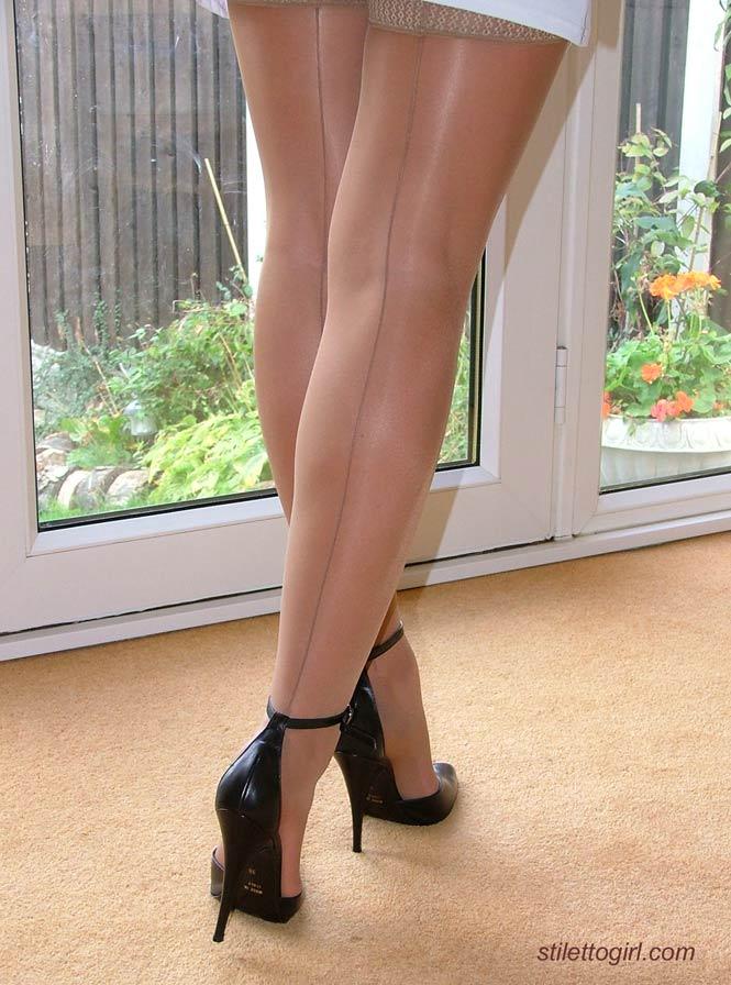 Длинноногая латинская развратница на высоких каблуках
