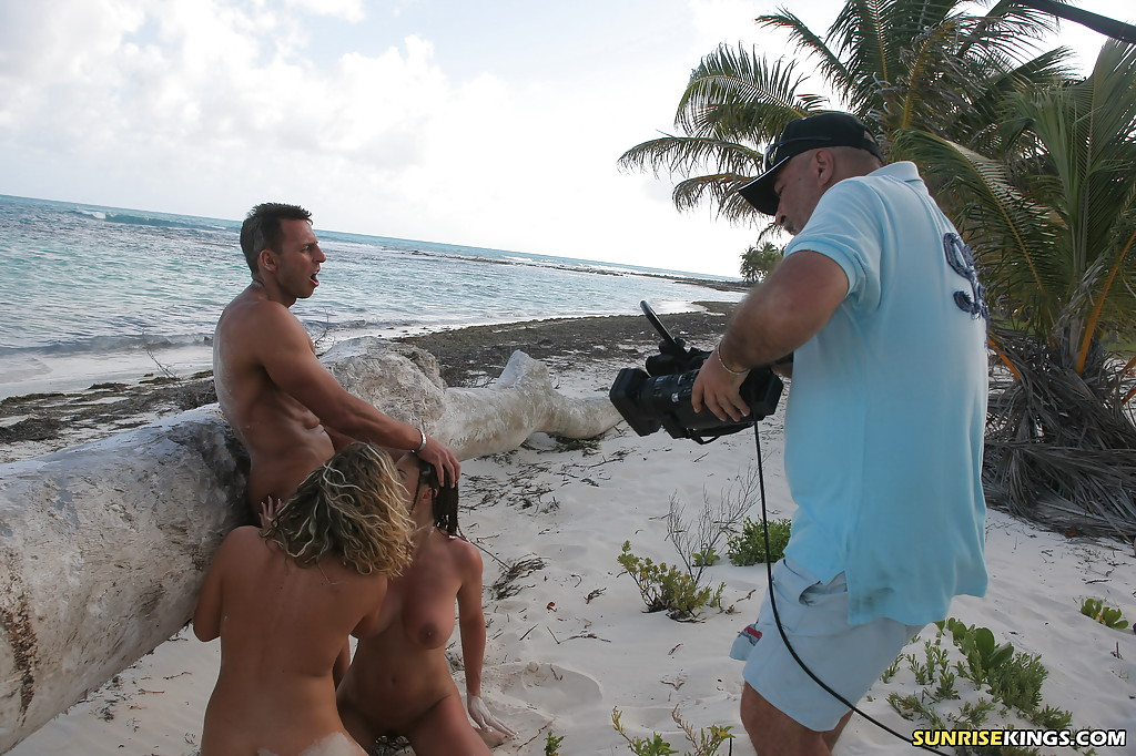 Бурный половой акт с двумя сучками на берегу океана