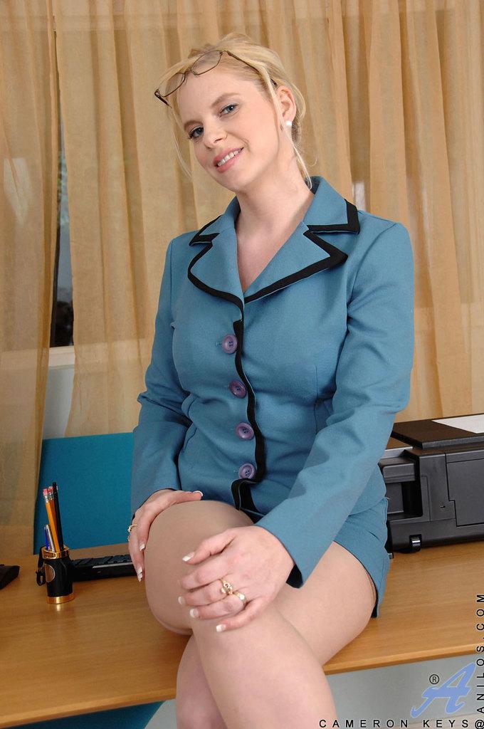 Преподавательница в телесных чулках мастурбирует в классе
