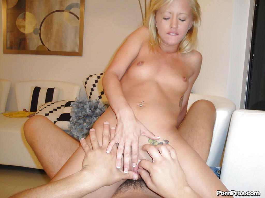 Блондинка садится киской на большой член в домашней обстановке