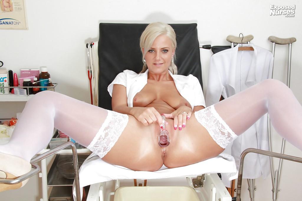 Медсестра в белых чулках расслабляется прямо в кабинете