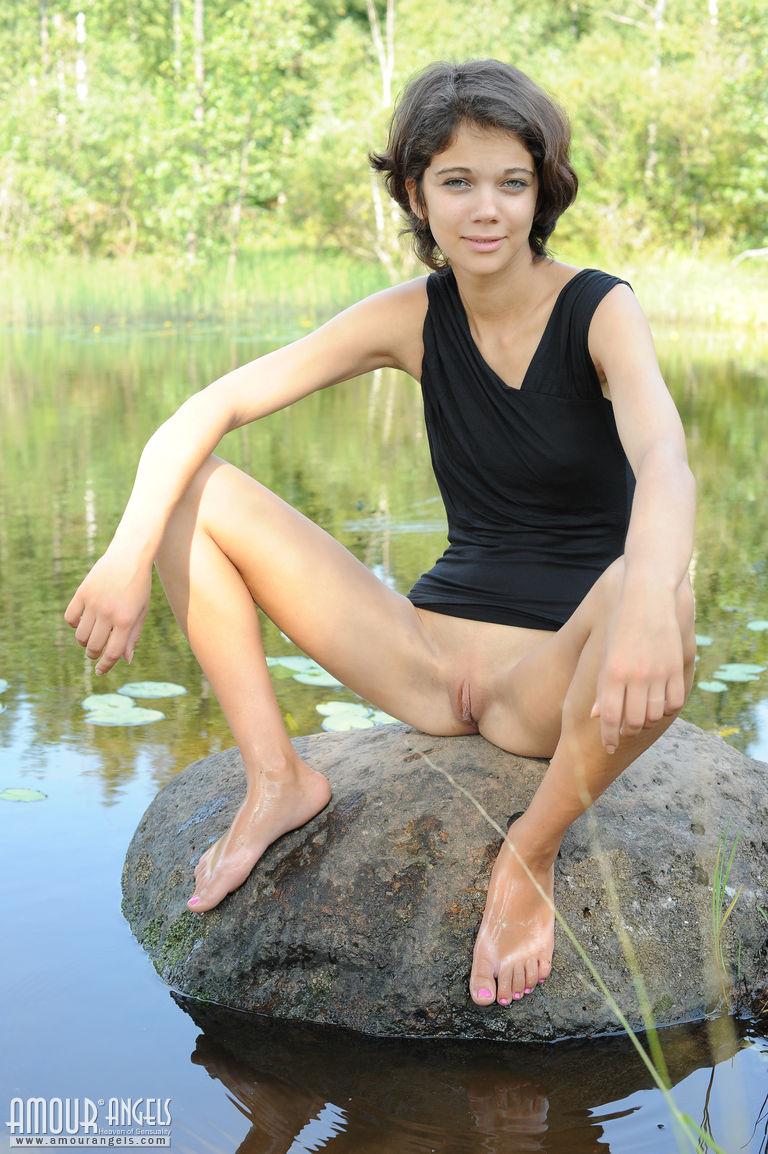 Худышка расставляет ноги и показывает узкую киску на природе