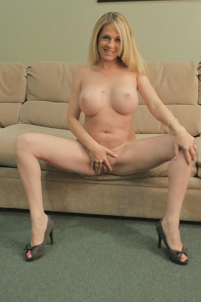 Милфа пришла домой с работы и устроила эротическое соло