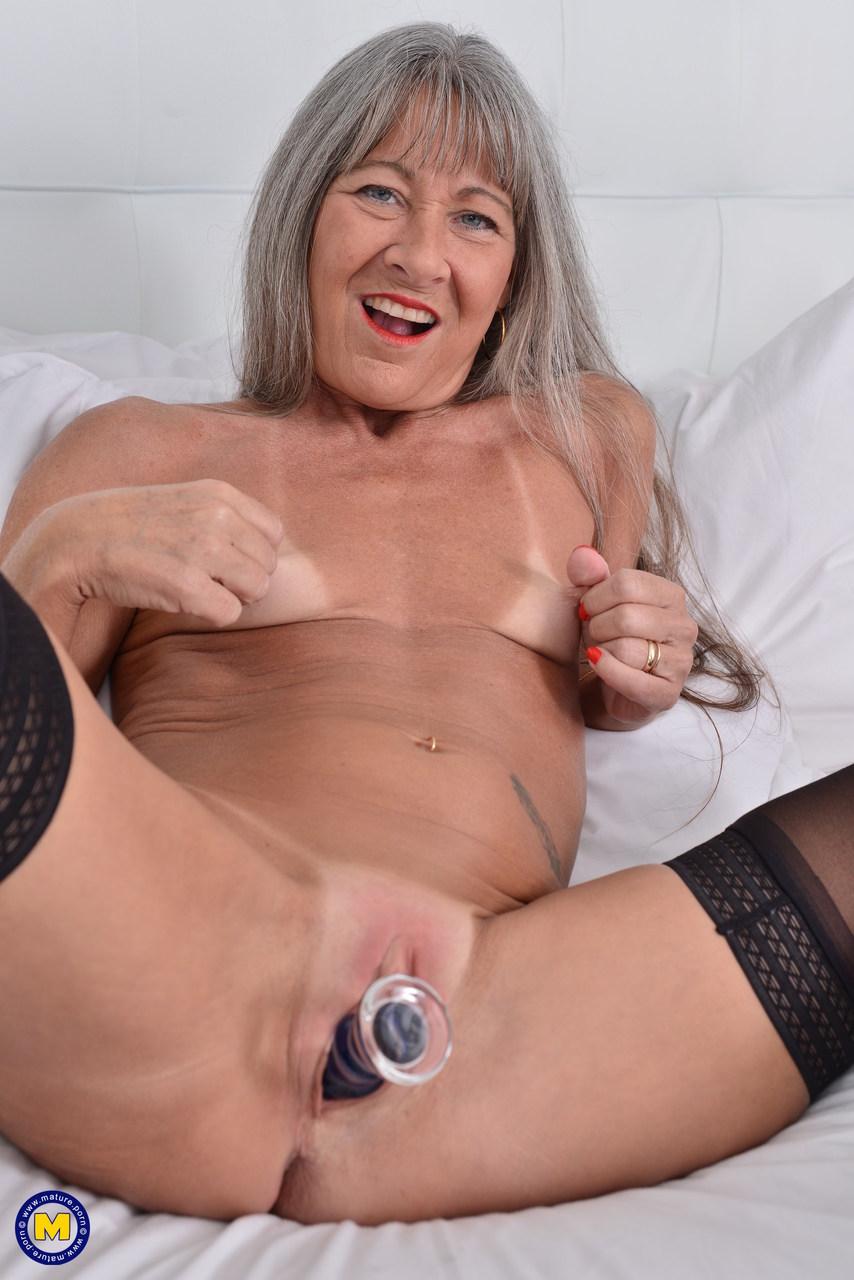 Старая развратница в черных чулках занимается мастурбацией