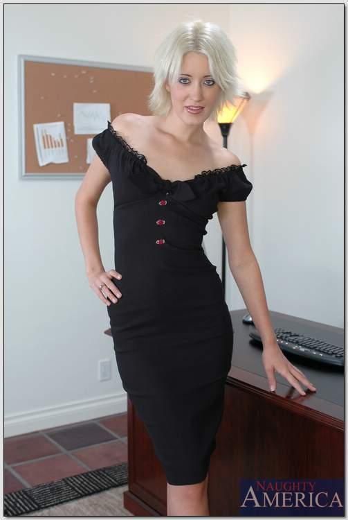 Светловолосая секретарша в черных трусиках расположилась на рабочем столе