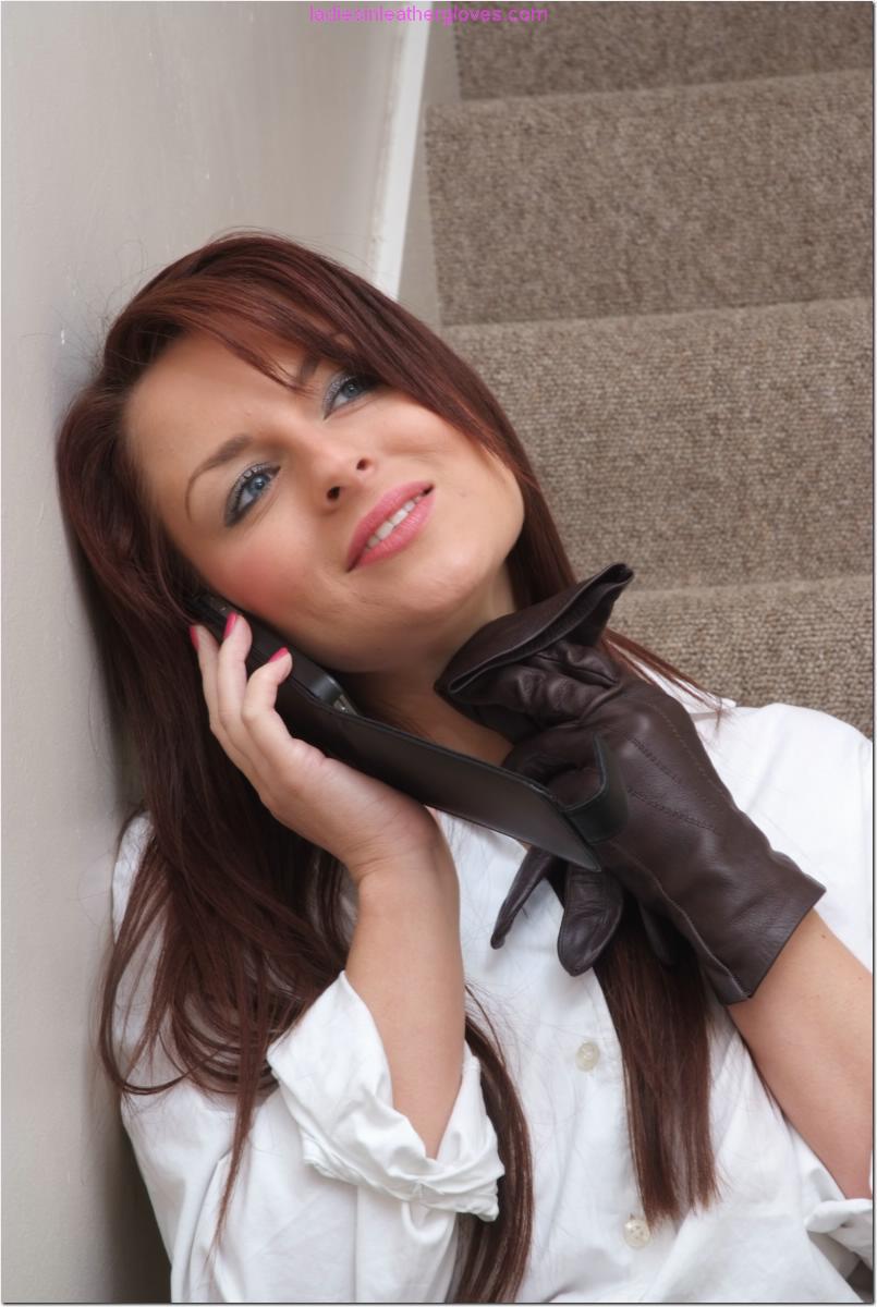 Офисная сотрудница в черных чулках разговаривает по телефону и возбуждается