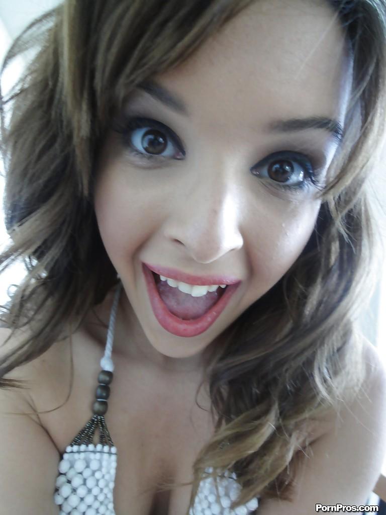 Домашняя откровенная фото сессия девушки с красивыми глазками
