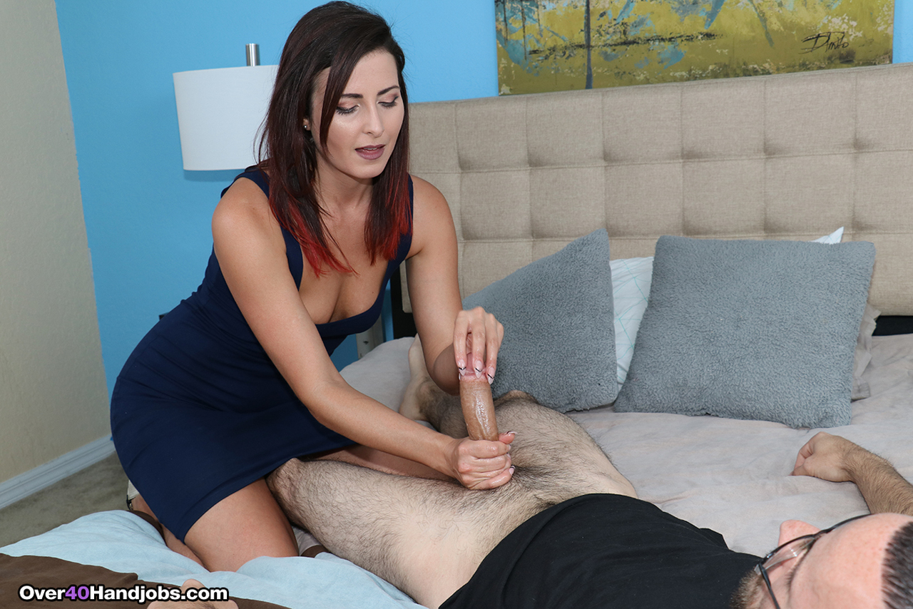 Раскованная деваха взяла половой член в руки