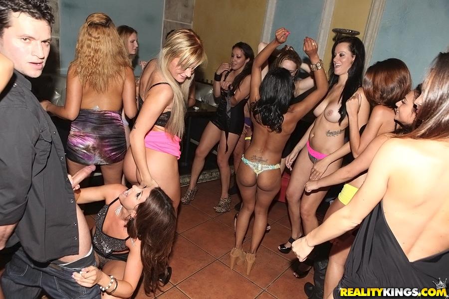 Оргия с пьяненькими молодыми девушками на вечеринке