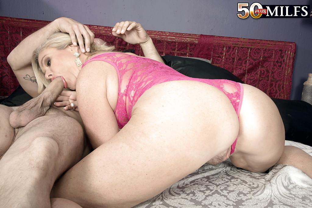 Зрелая блондинка сосет половой член и лижет жопу мужика