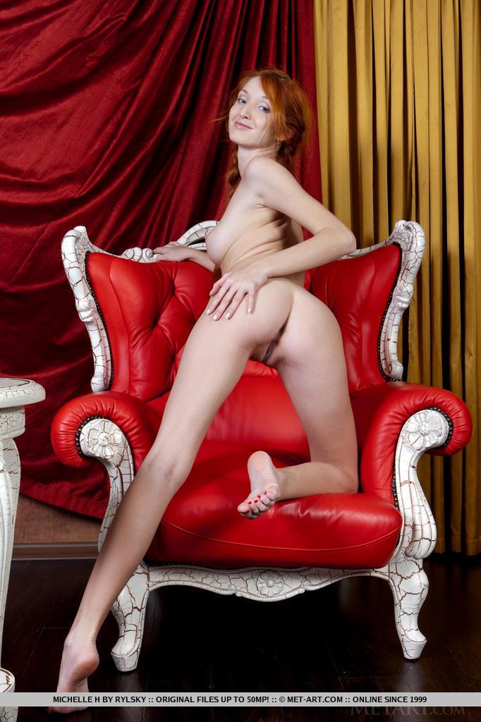 Рыжая развратница задрала вверх ножки и показала дырочки
