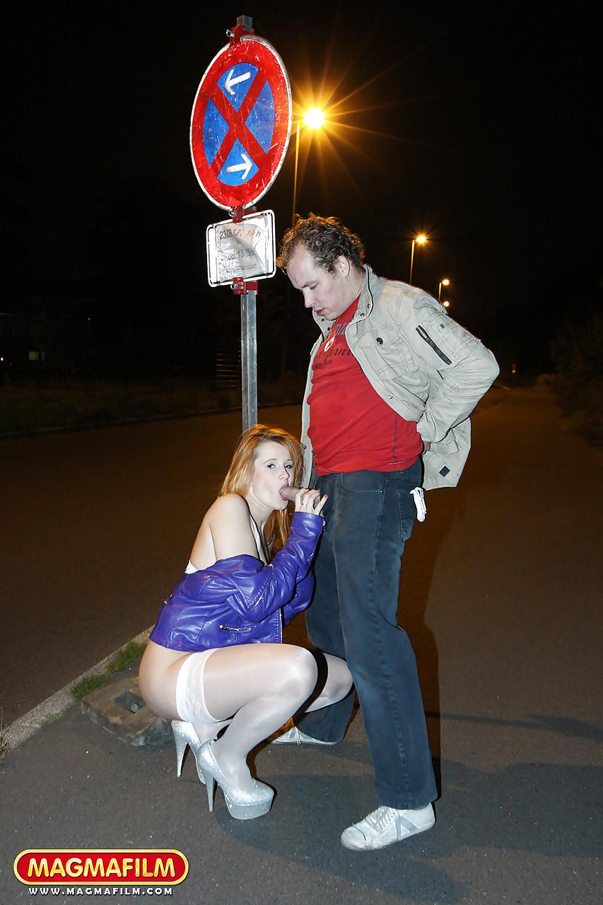 Мужчина занимается анальным сексом со шлюшкой в белых чулках на улице