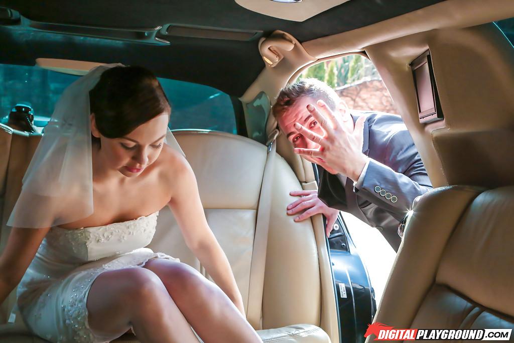 Откровенная невеста в белых чулках трахается с мужиками на свадьбе