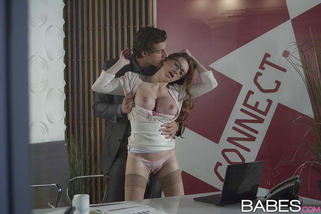 Сексуально развлеклись в офисе после тяжелого рабочего дня