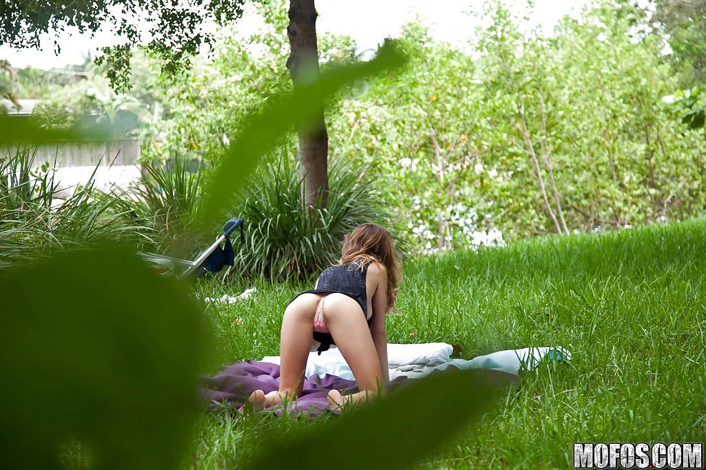 Горячая и страстная молодка отдыхает на природе