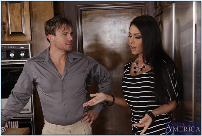 Длинноволосая замужняя женщина развлекается с любовником на кухне