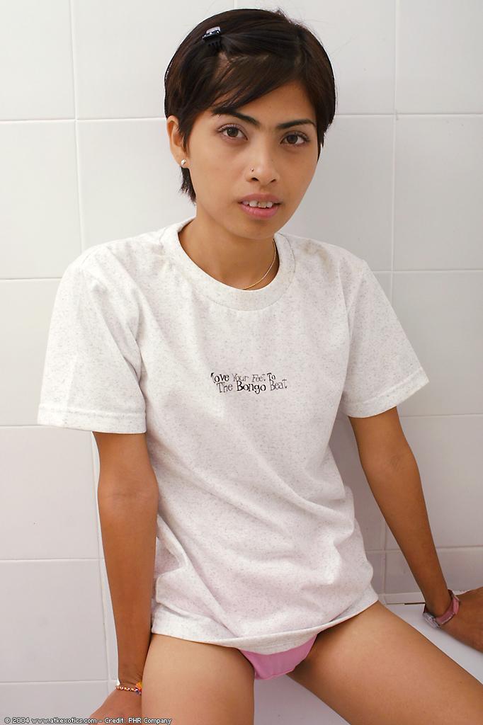 Миниатюрная азиатская девушка принимает душ