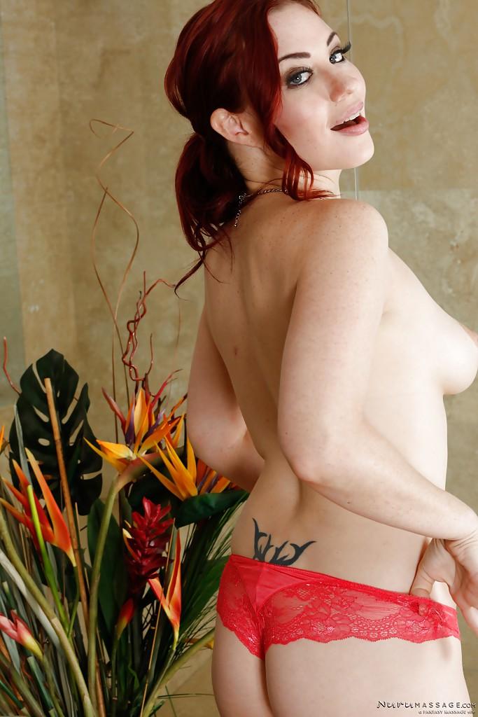 Рыжеволосая нуру массажистка в сексуальном нижнем белье