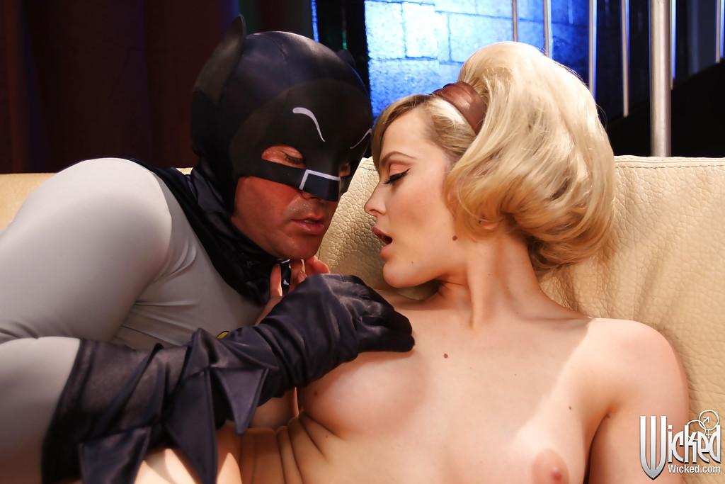 Бэтмен наяривает белокурую красавицу в горячую письку