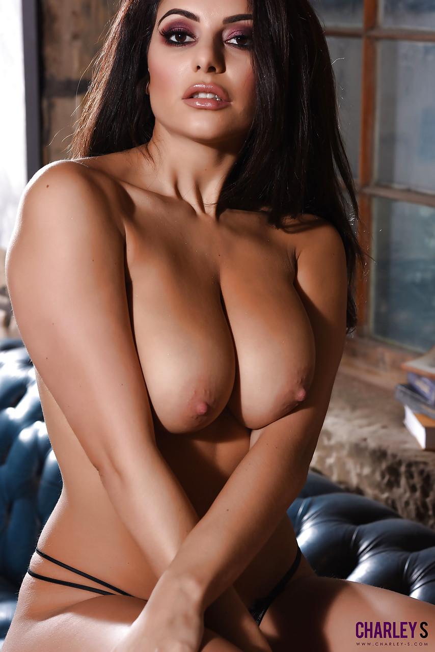 Знойная латинская сучка потрогала большую грудь и завелась