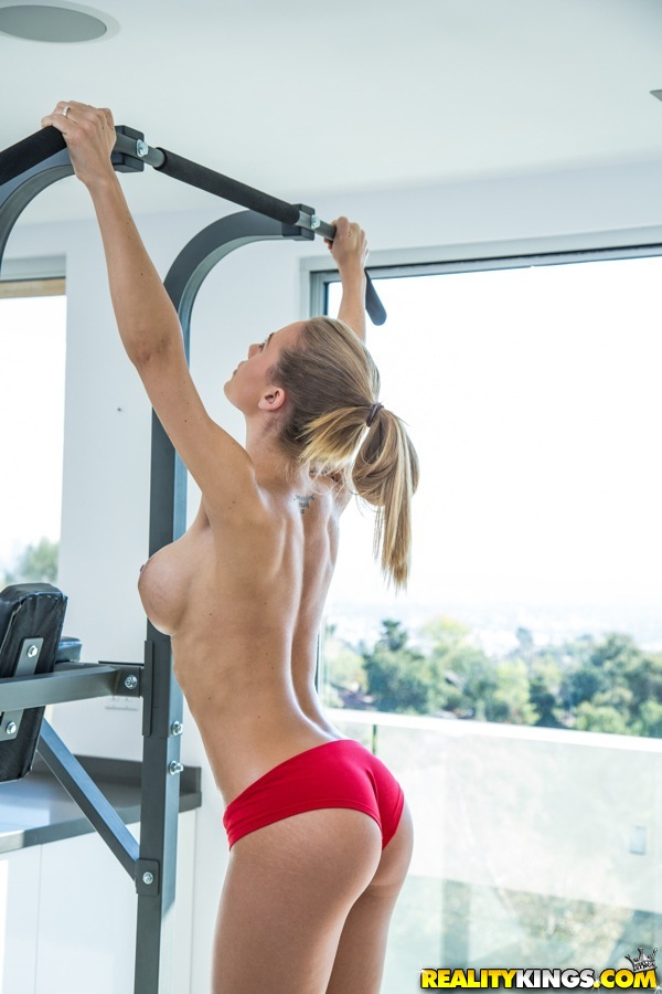 Великолепная сучка с шикарным телом Nicole Aniston в тренажерном зале
