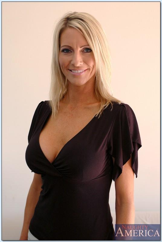 Взрослая блондинка с силиконовой грудью показала пизду во всей красе