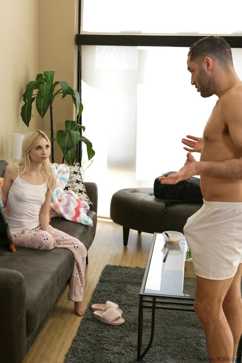 Худая блондинка соснула член и занялась классическим сексом