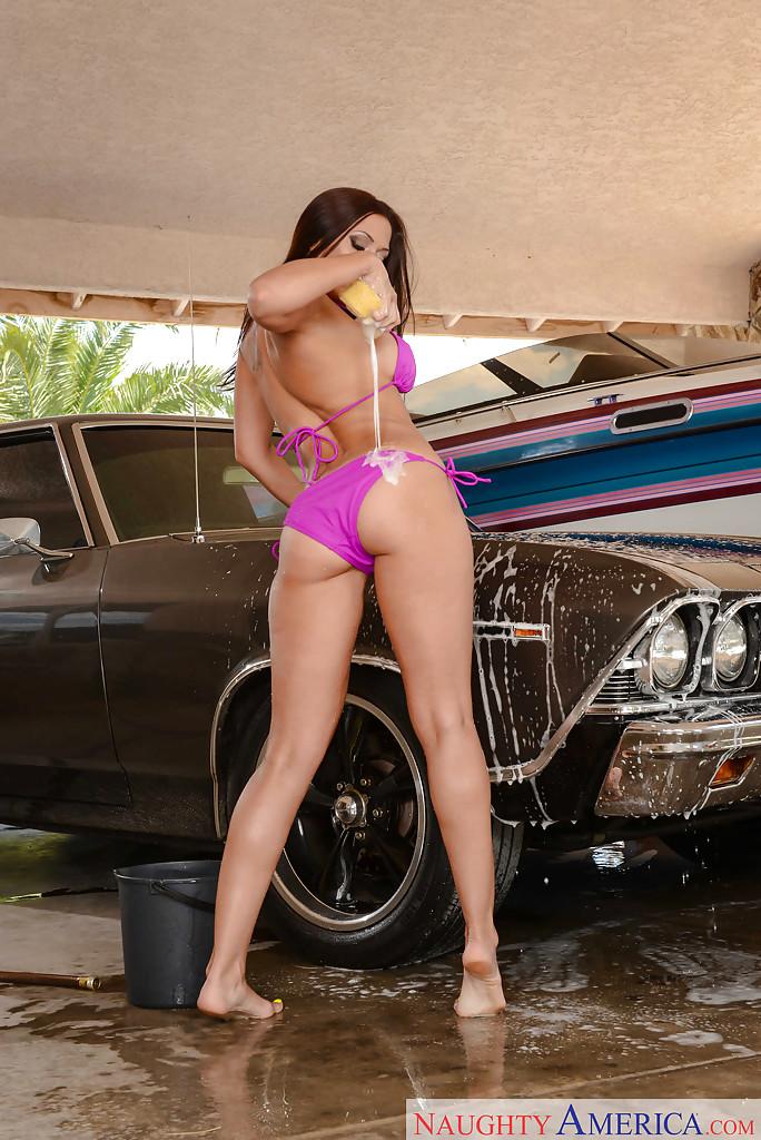 Домохозяйка с аппетитной задницей моет автомобиль любимого мужа