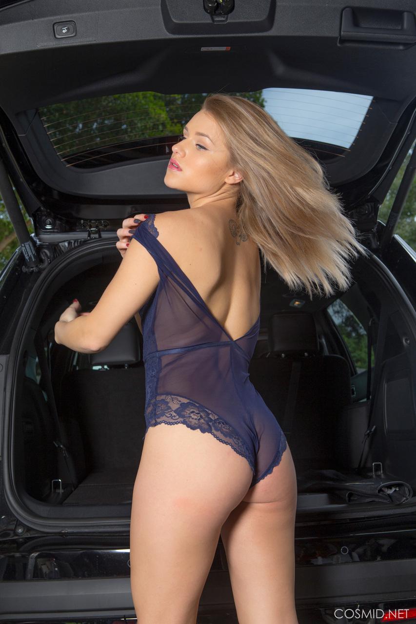 Продемонстрировала красивую упругую попочку возле автомобиля