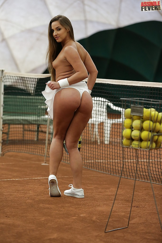 Молодуха откровенно позирует на теннисном корте