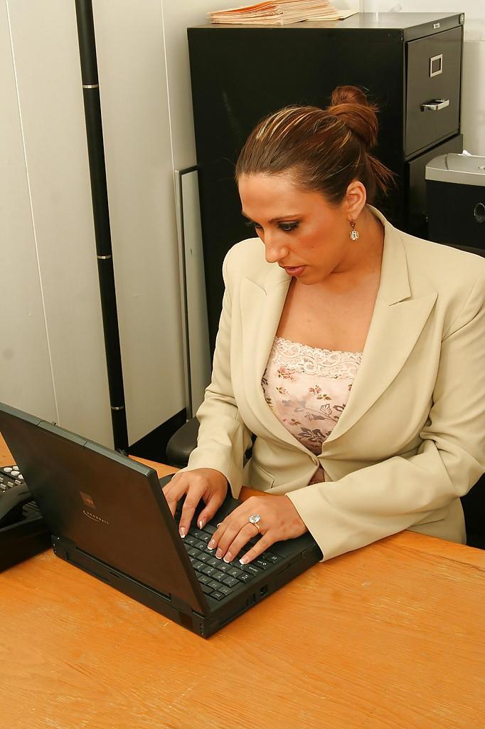 Начальница с пышными формами расслабляется прям на рабочем месте