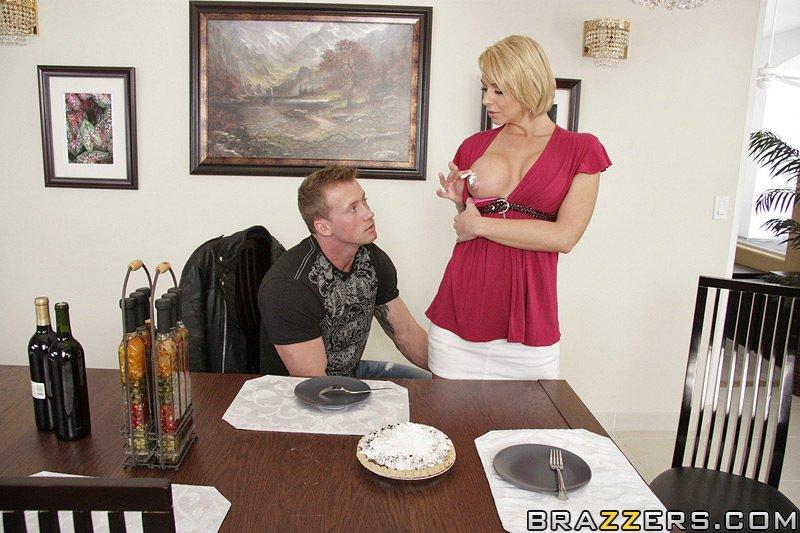 Белокурая мамка и темпераментный мужик трахнулись за обеденным столом