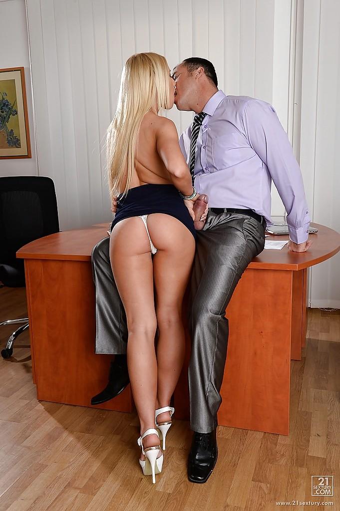 Белокурая секретарша делает минет начальнику в кабинете