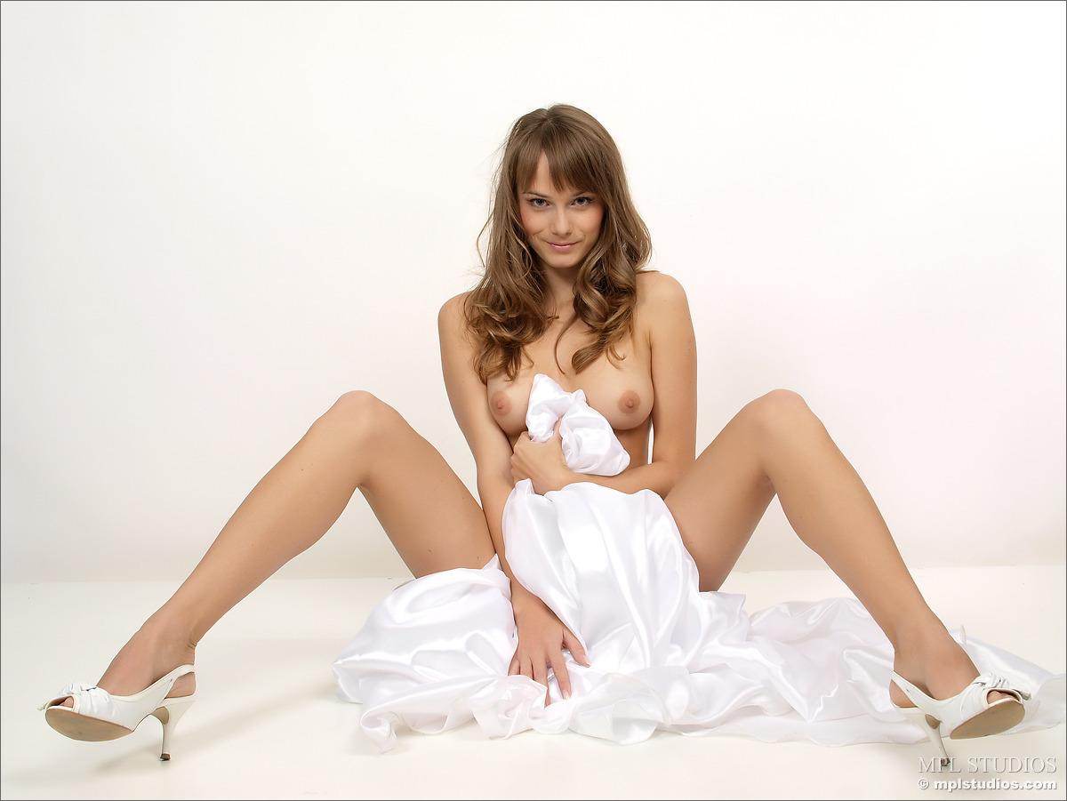 Эротические фотки молоденькой развратницы в свадебном платье