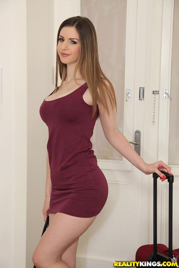 Соблазнительная девушка Stella Cox с красивой натуральной грудью