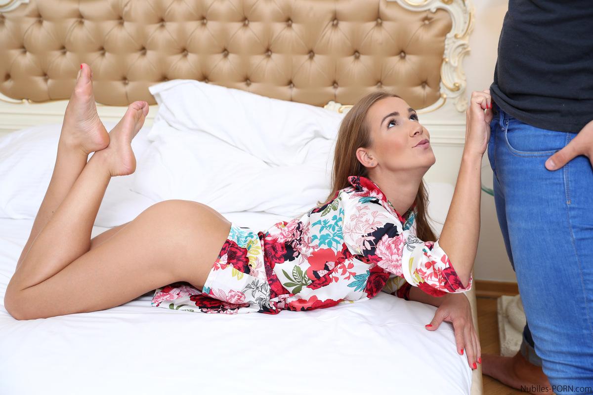 Занимаются горячим вагинальным сексом на просторной кровати