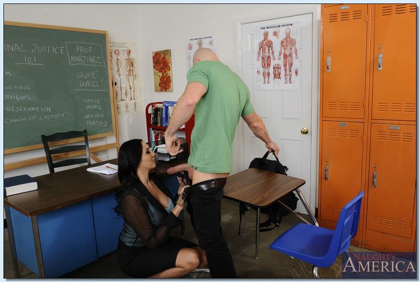 Грудастая преподавательница и лысый студент-заочник ебутся в классе
