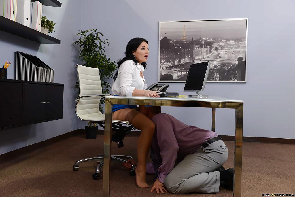 Горячий оральный секс с раскованной секретаршей прямо в кабинете