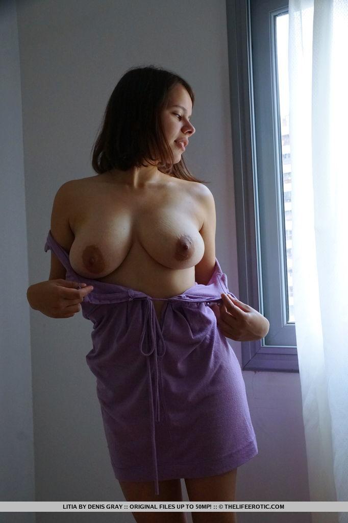Пышногрудая девушка засовывает секс игрушку в волосатую письку
