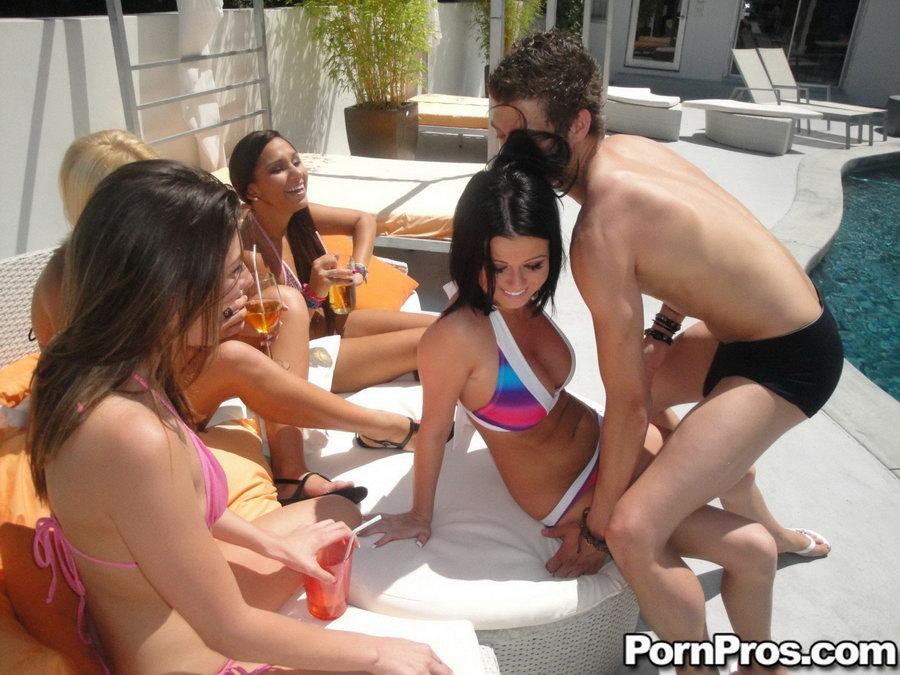 Групповой секс с развратницами в купальниках на заднем дворе