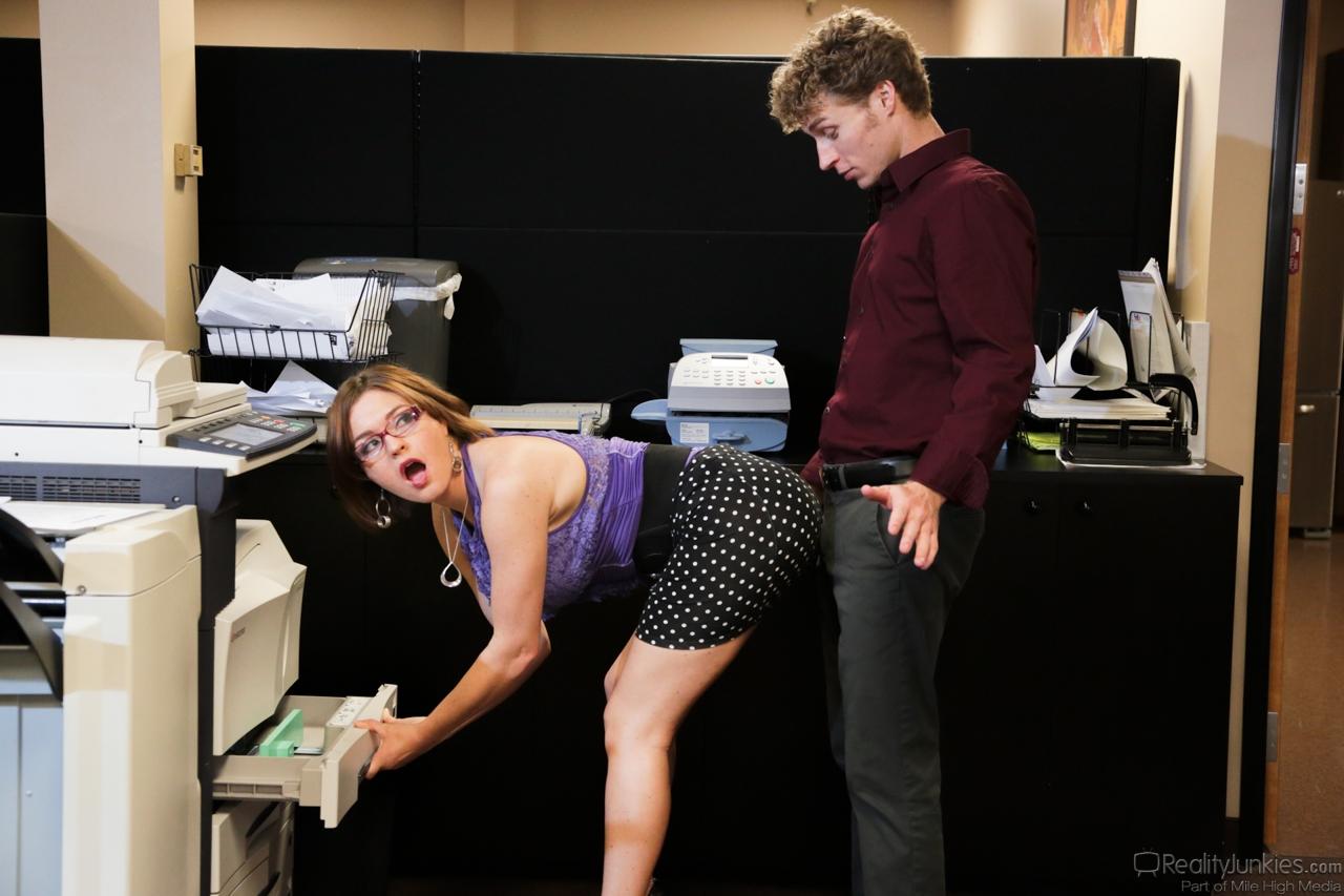 Начальница Krissy Lynn соблазнила молодого подчиненного на перепихон