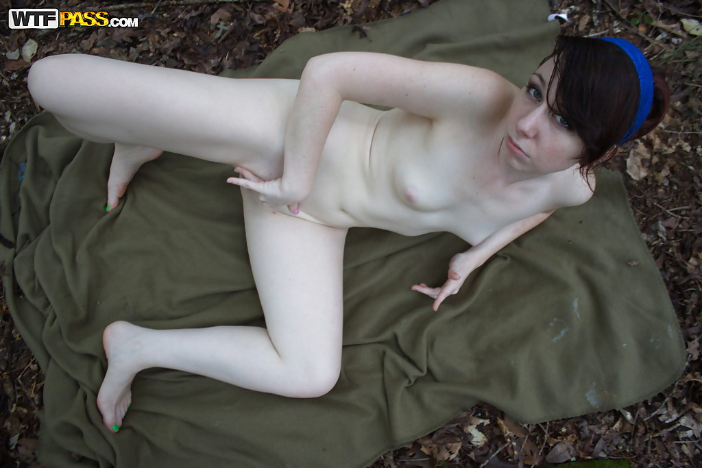 Любительские фотографии молоденькой брюнетки на свежем воздухе
