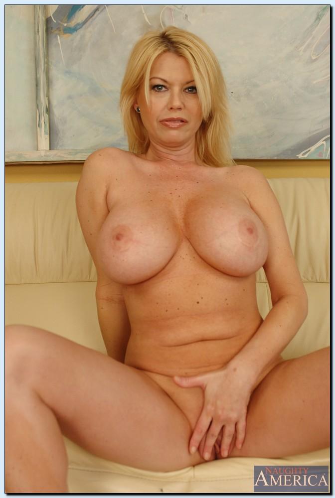 Эффектная зрелая блондинка с большими круглыми буферами