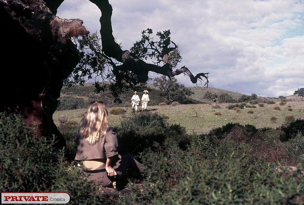 Блондинку с обвисшими сиськами удовлетворяют под открытым небом
