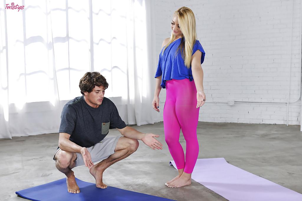 Фитнес-тренировка превратилась в вагинальное совокупление на полу