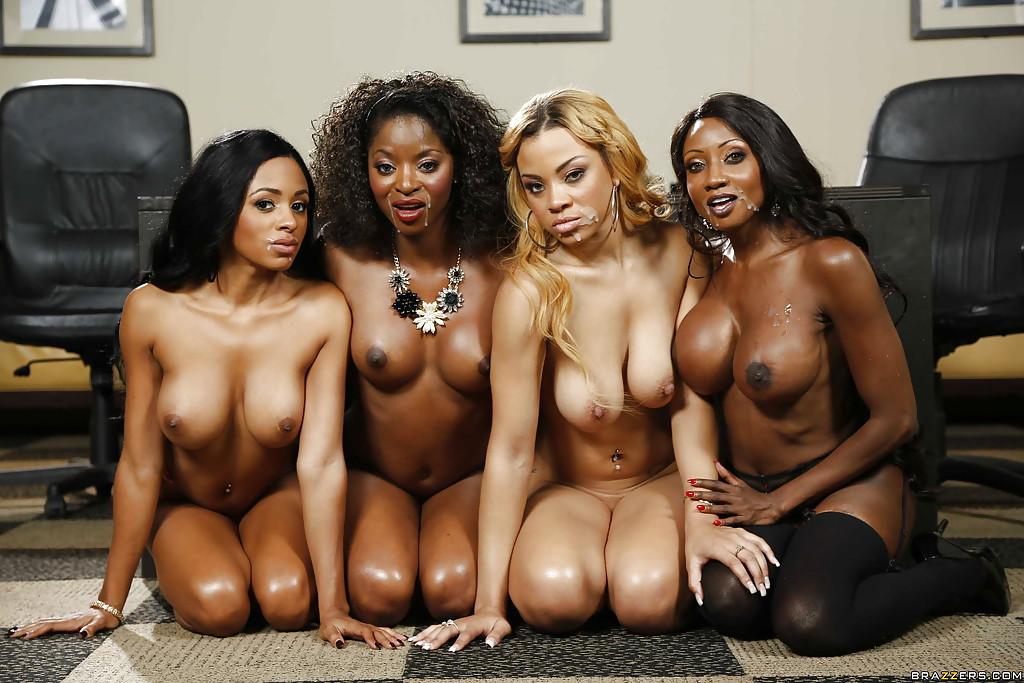 Темнокожие красотки сосут большой член в порядке очереди