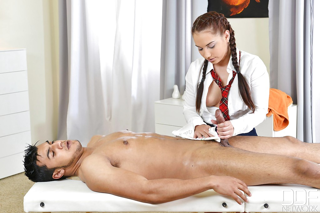 Студентка с косичками мастерски дрочит пенис голого мужика