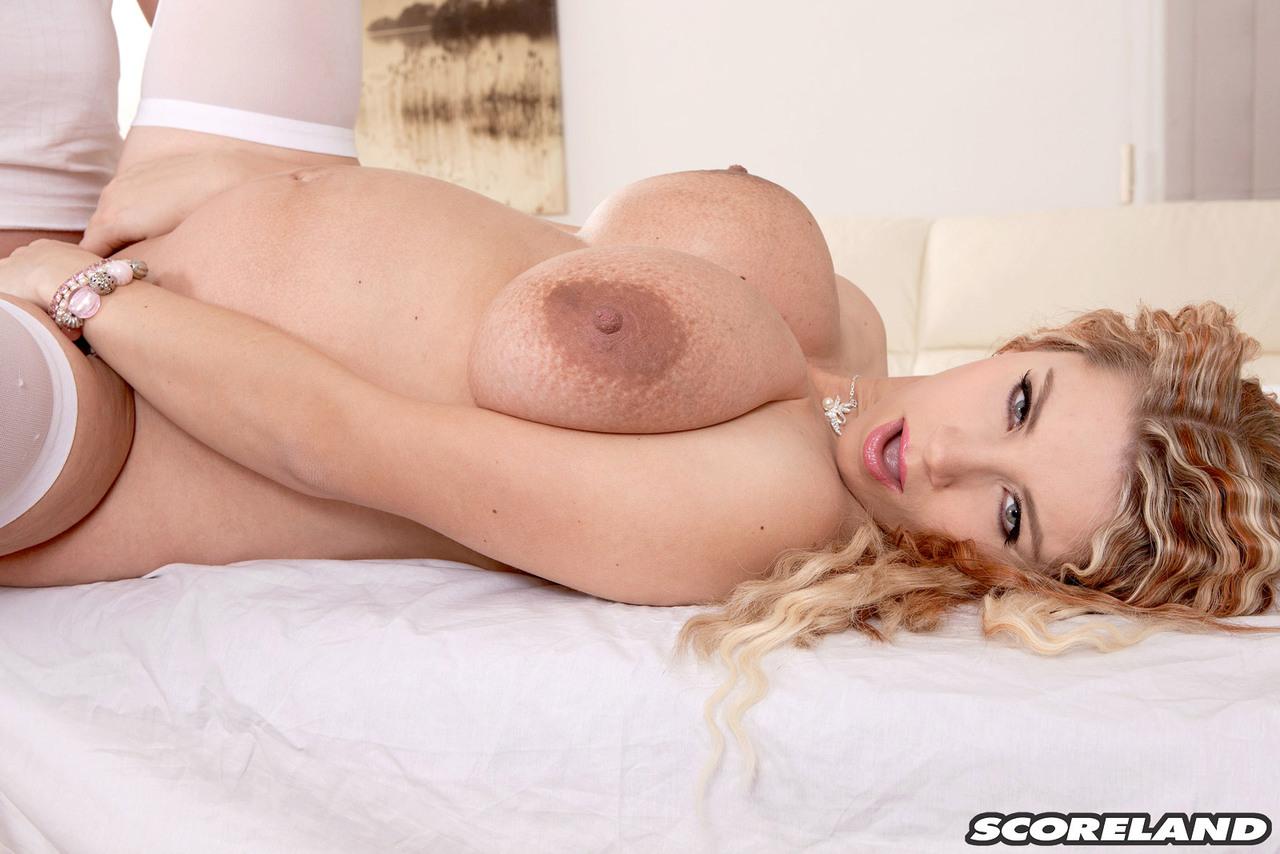 Беременная блондинка в белых чулках на приеме у гинеколога