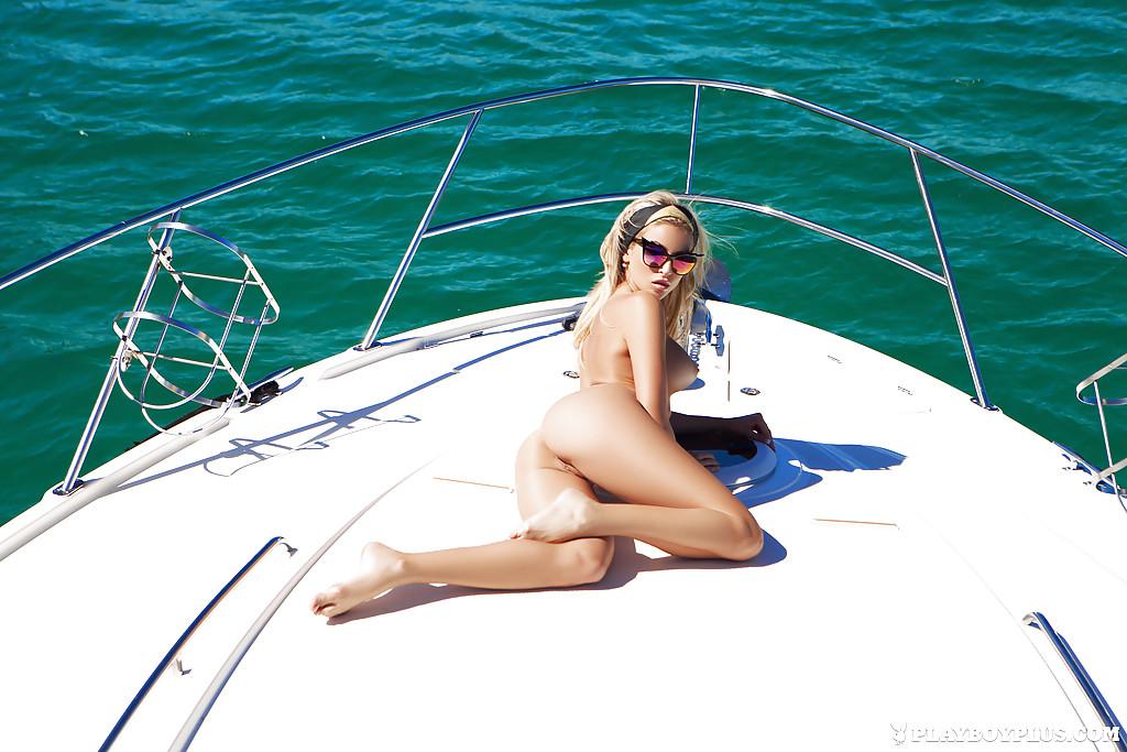 Красивые фото обнаженной куколки на яхте